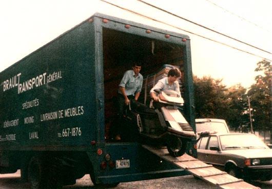 L'équipe de Brault Déménagement à l'oeuvre en août 1987
